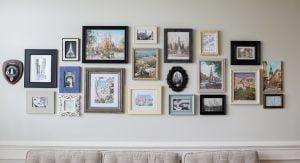 mur de cadres et de photos