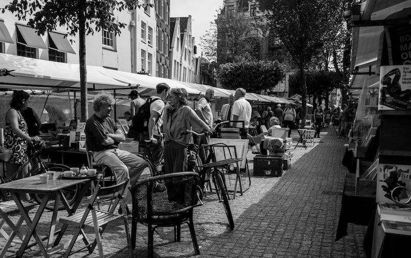 photo en noir et blanc prise sur un marché