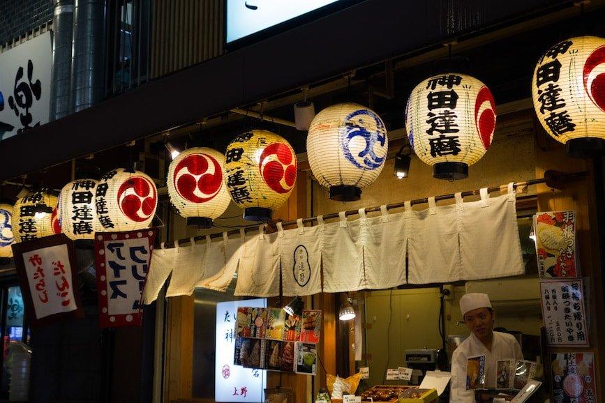 photo prise sur un marché de nuit